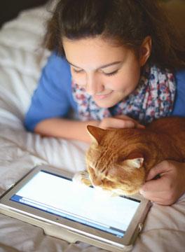 Meisje en kat kijken op tablet